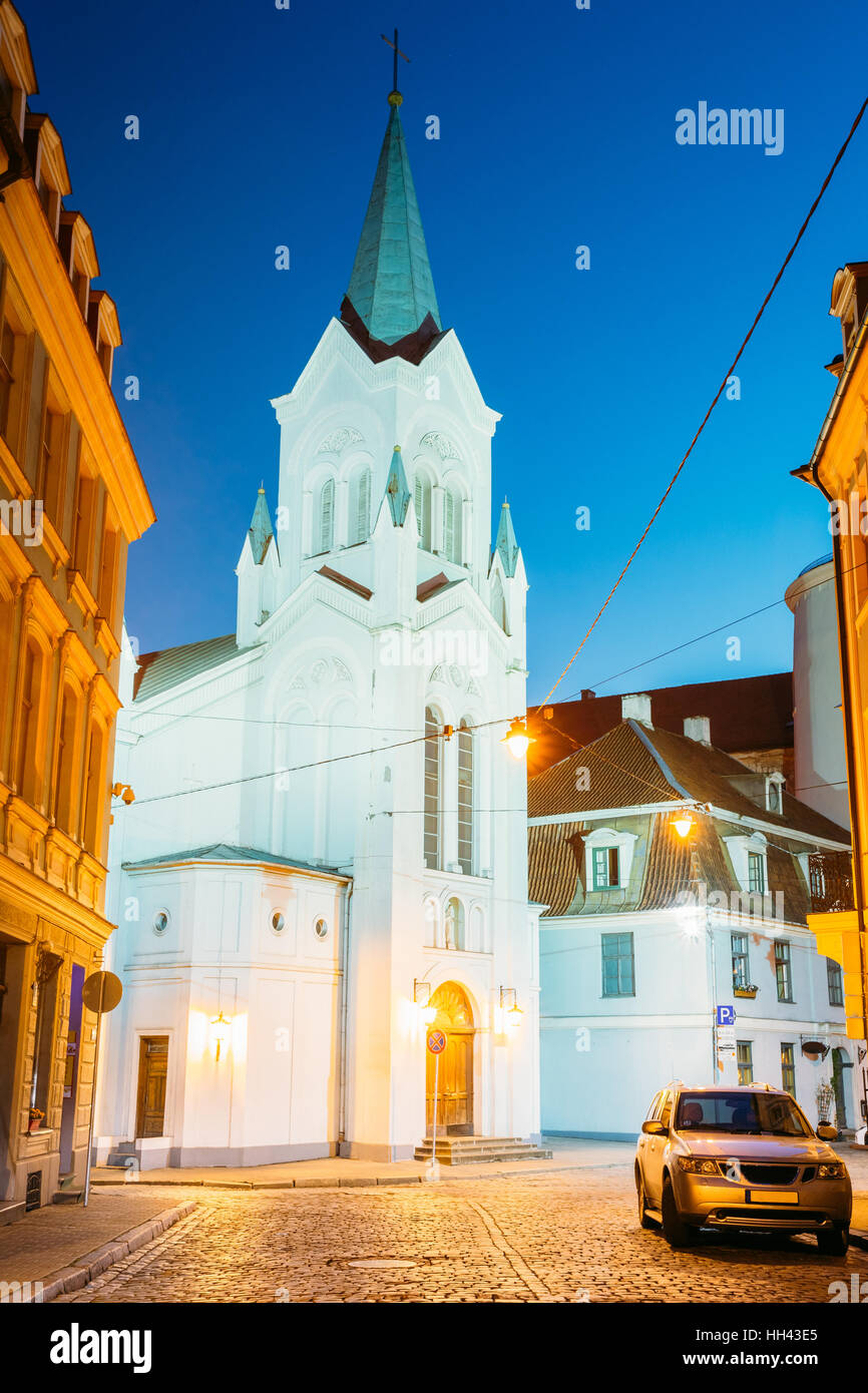 Riga, Letonia. La Torre Blanca con aguja piramidal de Nuestra Señora de los dolores o Virgen de la angustia, Imagen De Stock