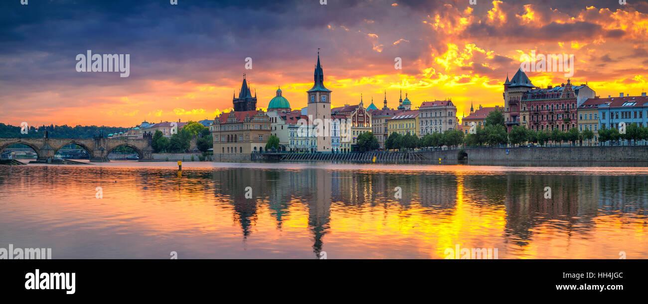 Praga. Imagen panorámica de Praga y el Puente Charles Riverside, con reflejo de la ciudad en el río Vltava. Imagen De Stock
