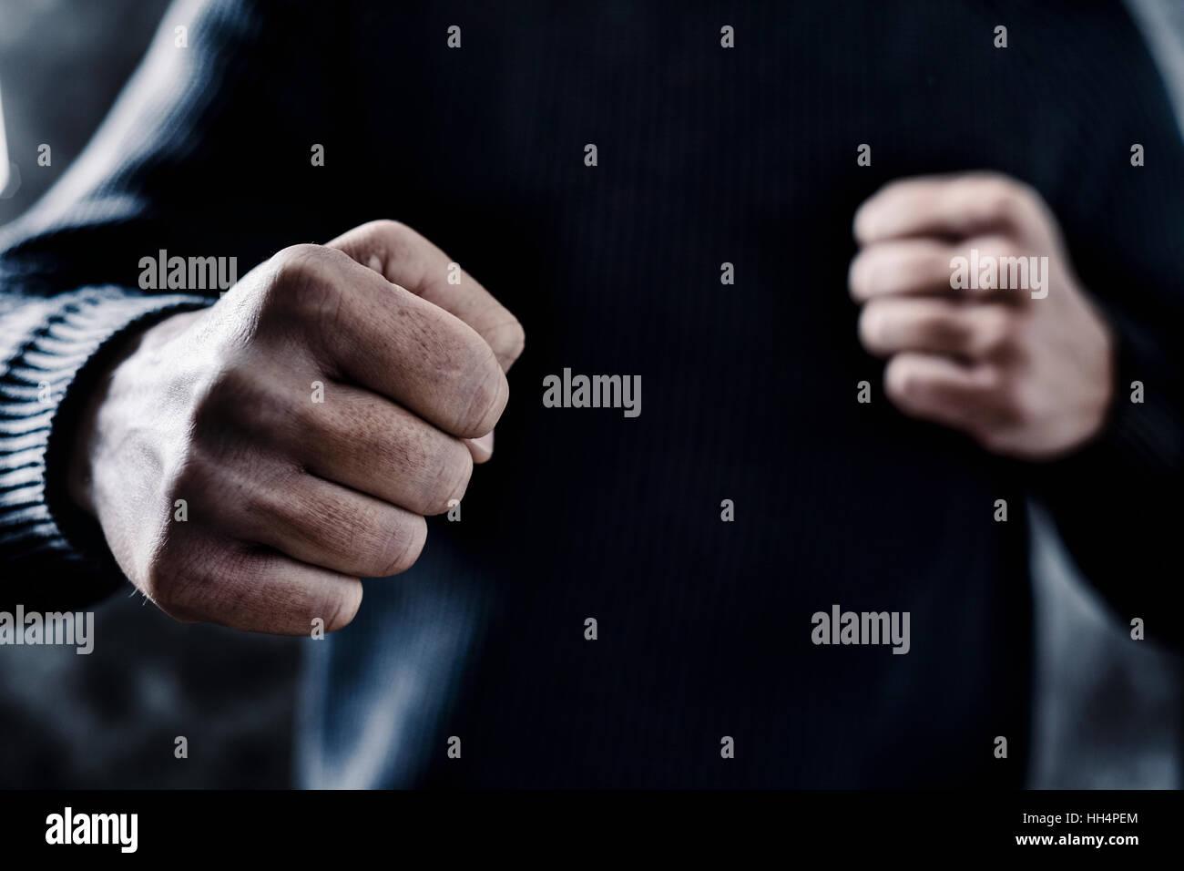 Primer plano de un joven hombre caucásico en ropa casual con un gesto amenazador, listo para perforar o luchar Imagen De Stock