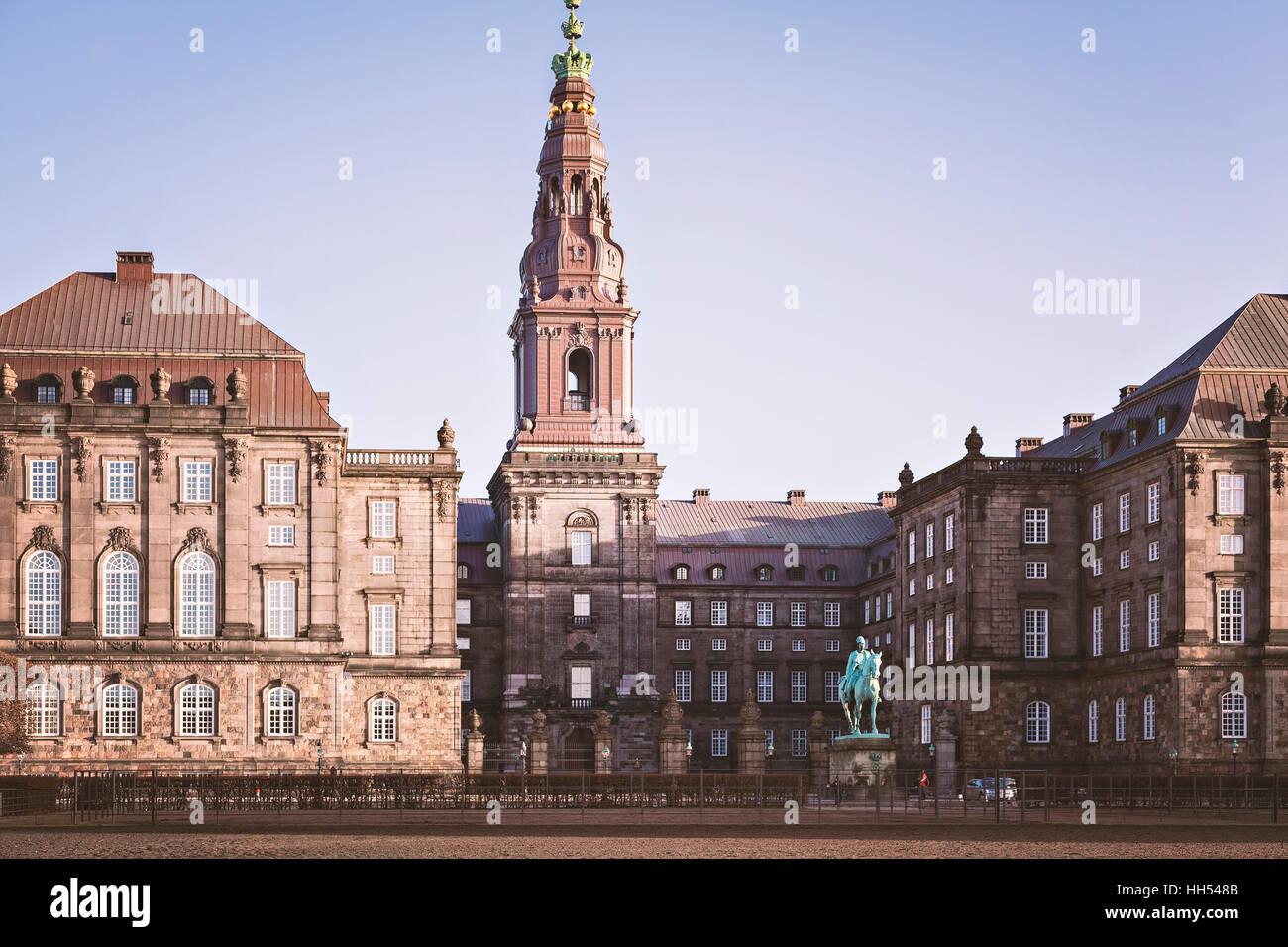 Imagen del edificio del parlamento y el palacio de Christiansborg. Copenhague, Dinamarca. Foto de stock