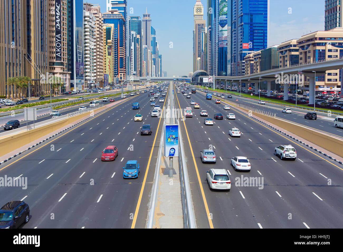 Centro financiero de Dubai, Emiratos Árabes Unidos De febrero 28, 2016: ocupado Sheikh Zayed Road, a la estación Foto de stock