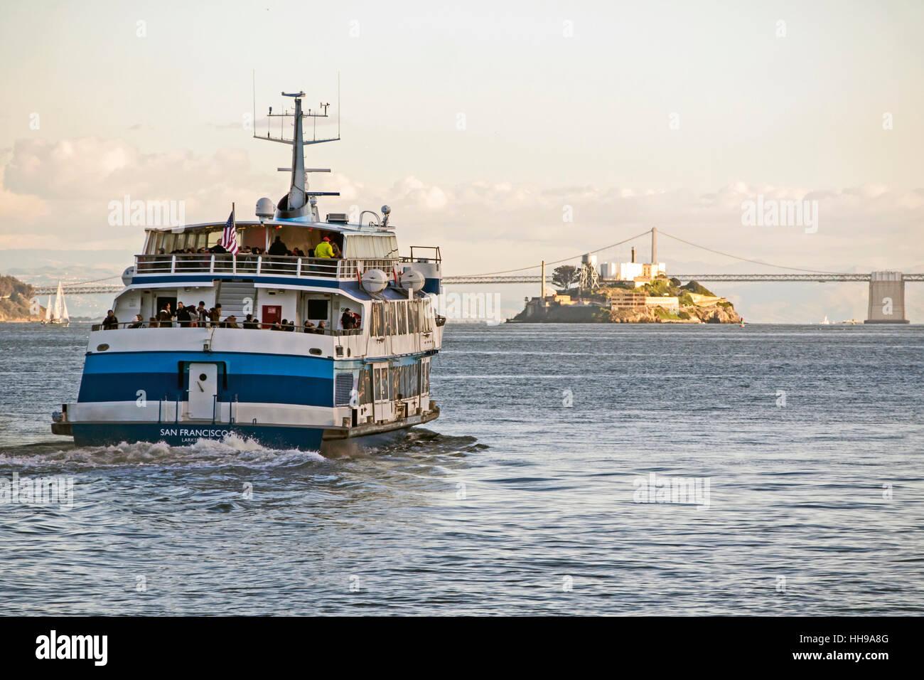 Por la tarde dejando ferry de Sausalito en San Francisco con la isla de Alcatraz y el Puente de la bahía, en el Foto de stock