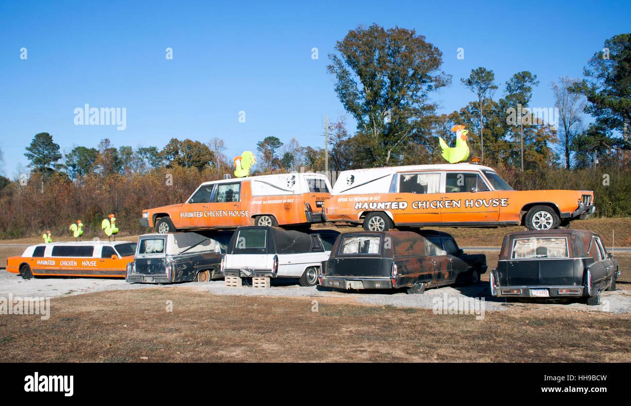 Los coches fúnebres y Metal los pollos en una casa embrujada en Heflin Alabama Imagen De Stock