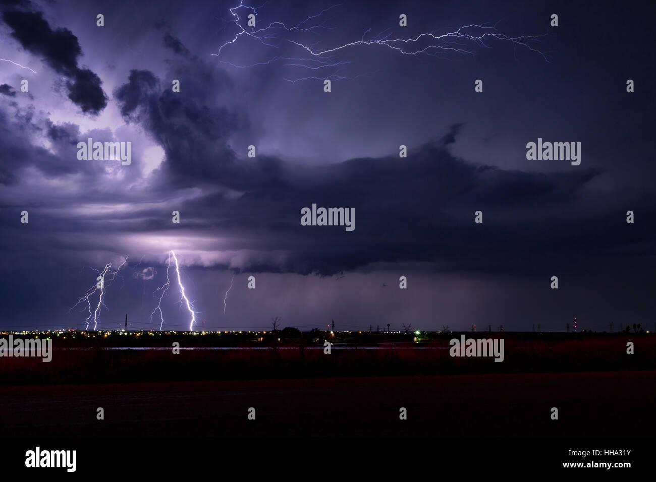 El cielo lleno de relámpagos durante una tormenta de verano en Snyder, Texas. Foto de stock