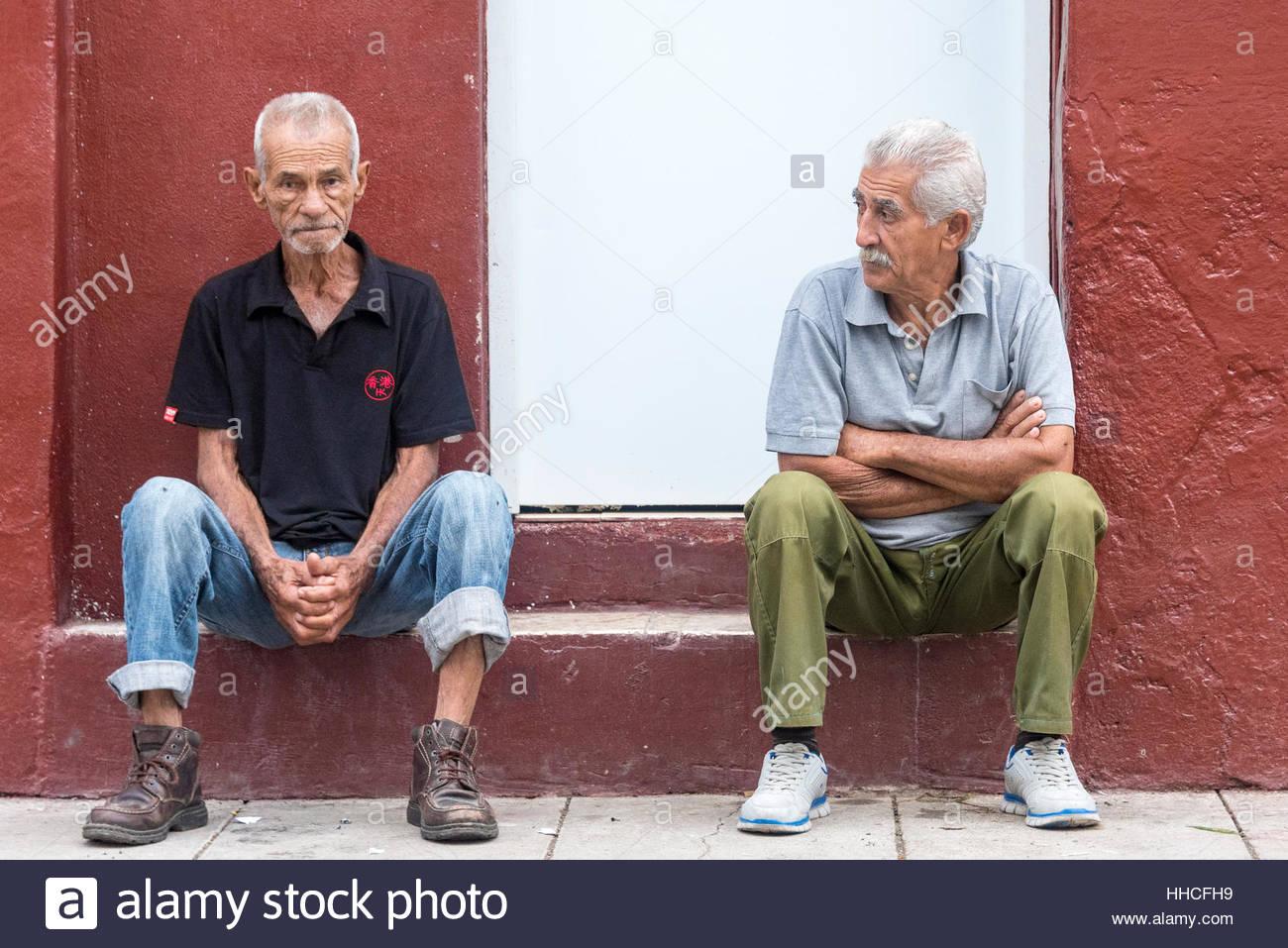 Gente real estilo cubano en la isla caribeña. Foto de stock