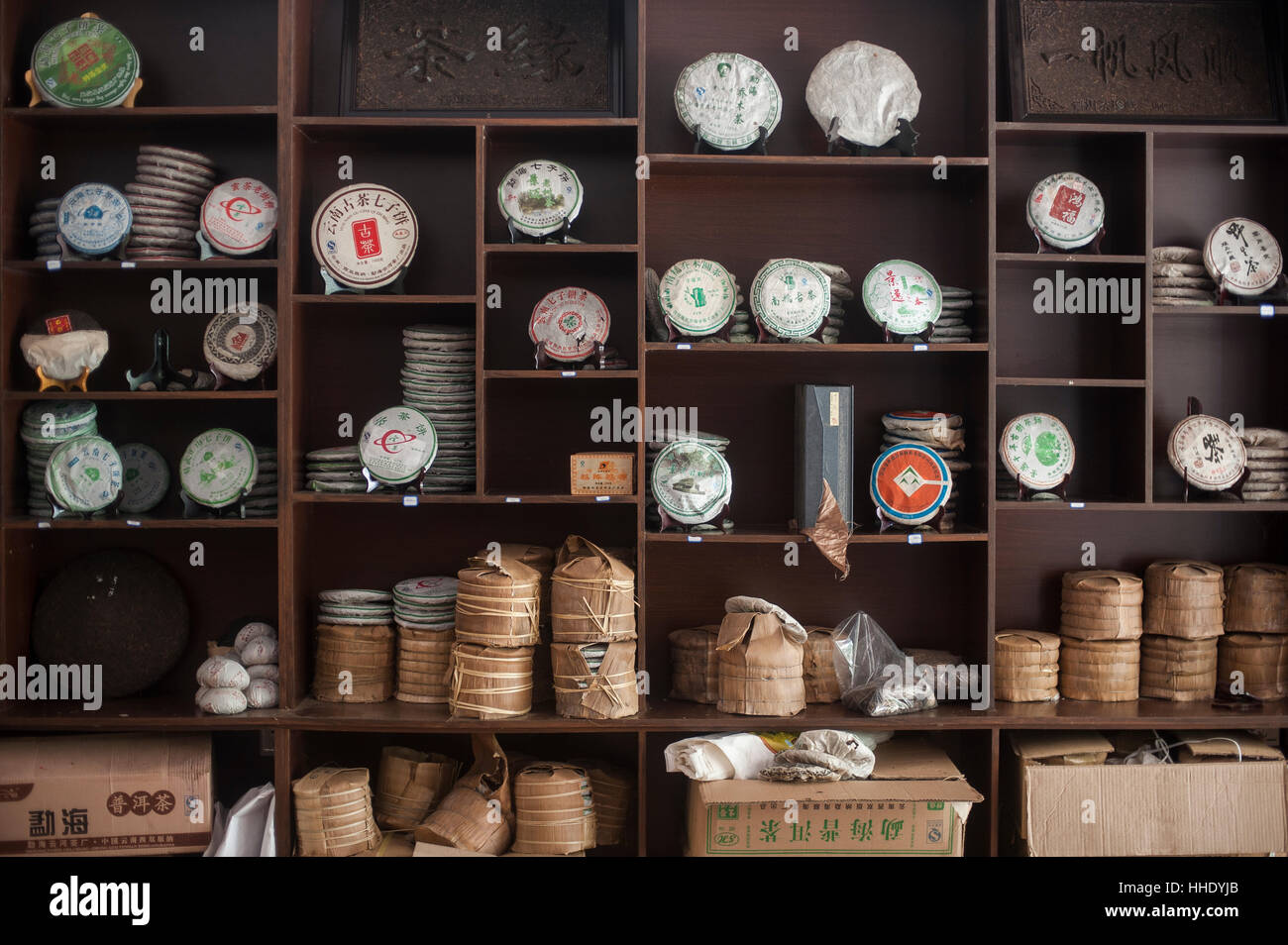 Shelves In A Tea Shop Imágenes De Stock   Shelves In A Tea Shop ... f6ae0083fbf1
