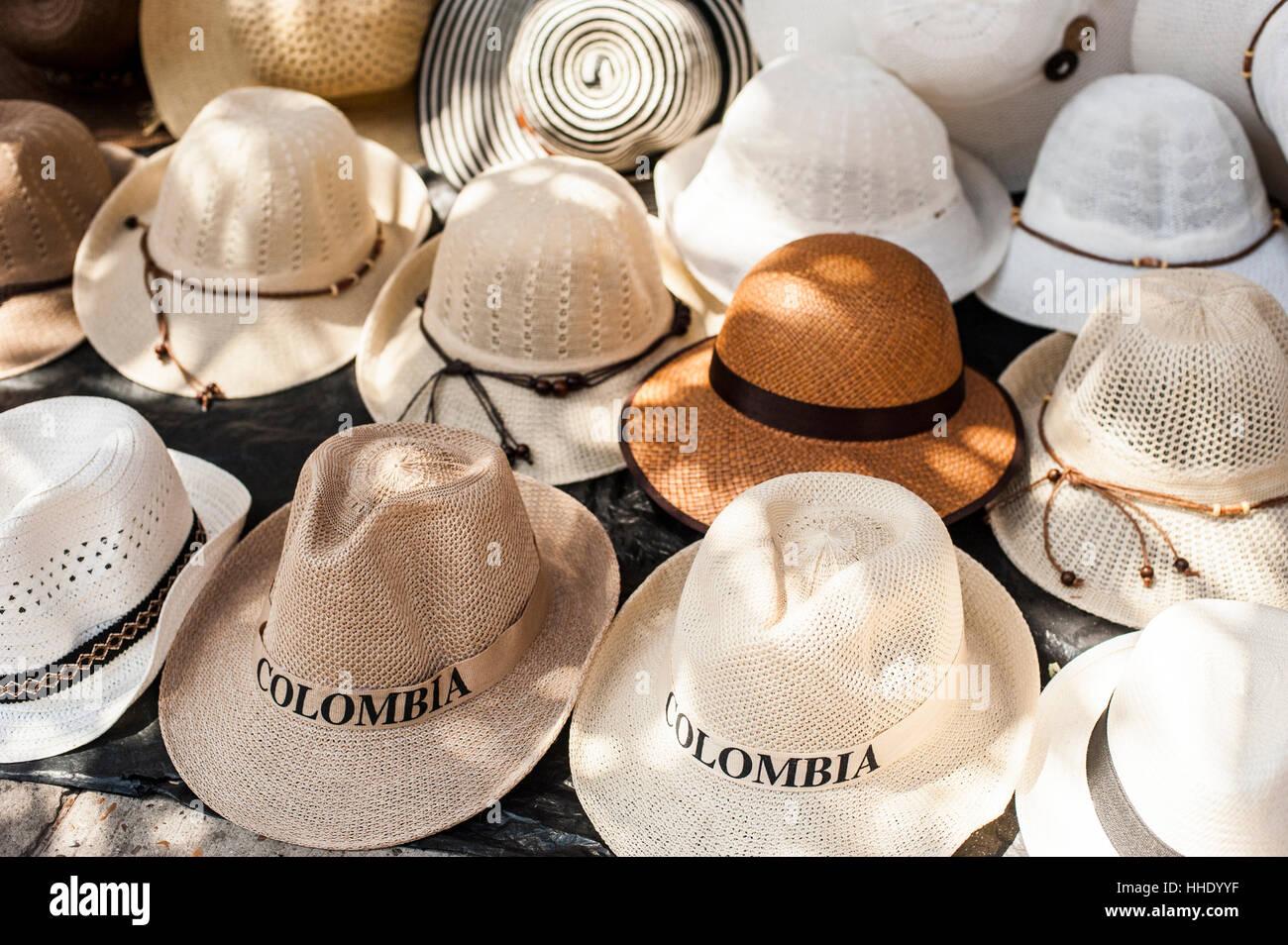 Los sombreros Panamá tradicionales para la venta en un mercado callejero en  la ciudad de Cartagena d0c9e0c61bd