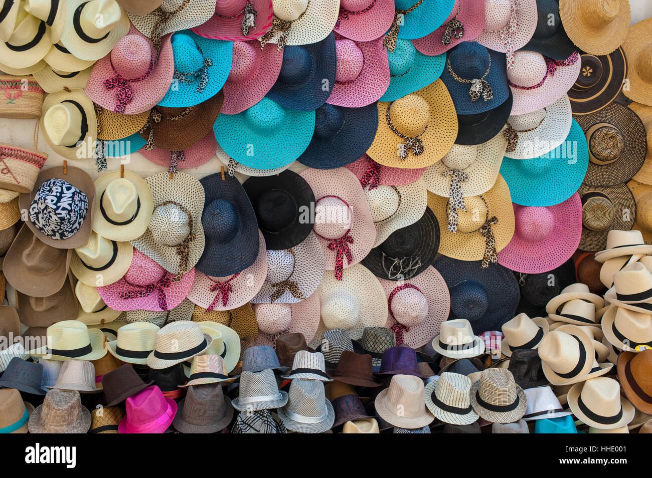 Sombreros Sombreros de Panamá y tradicionales para la venta en un mercado  callejero en la ciudad 6f9ee66343d
