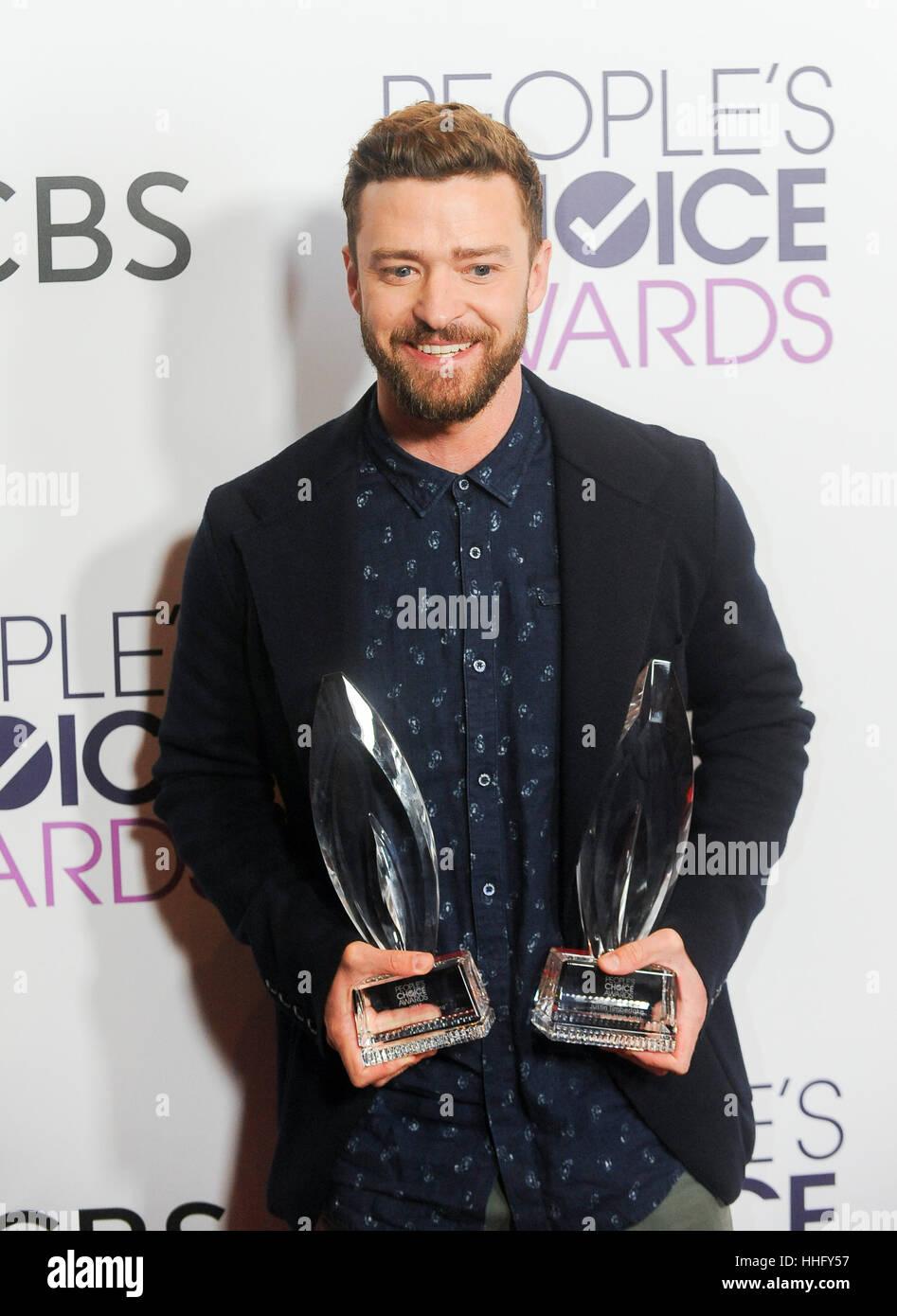 Los Angeles, Estados Unidos. 18 ene, 2017. Justin Timberlake, posa con los premios para el cantante masculino favorito Foto de stock