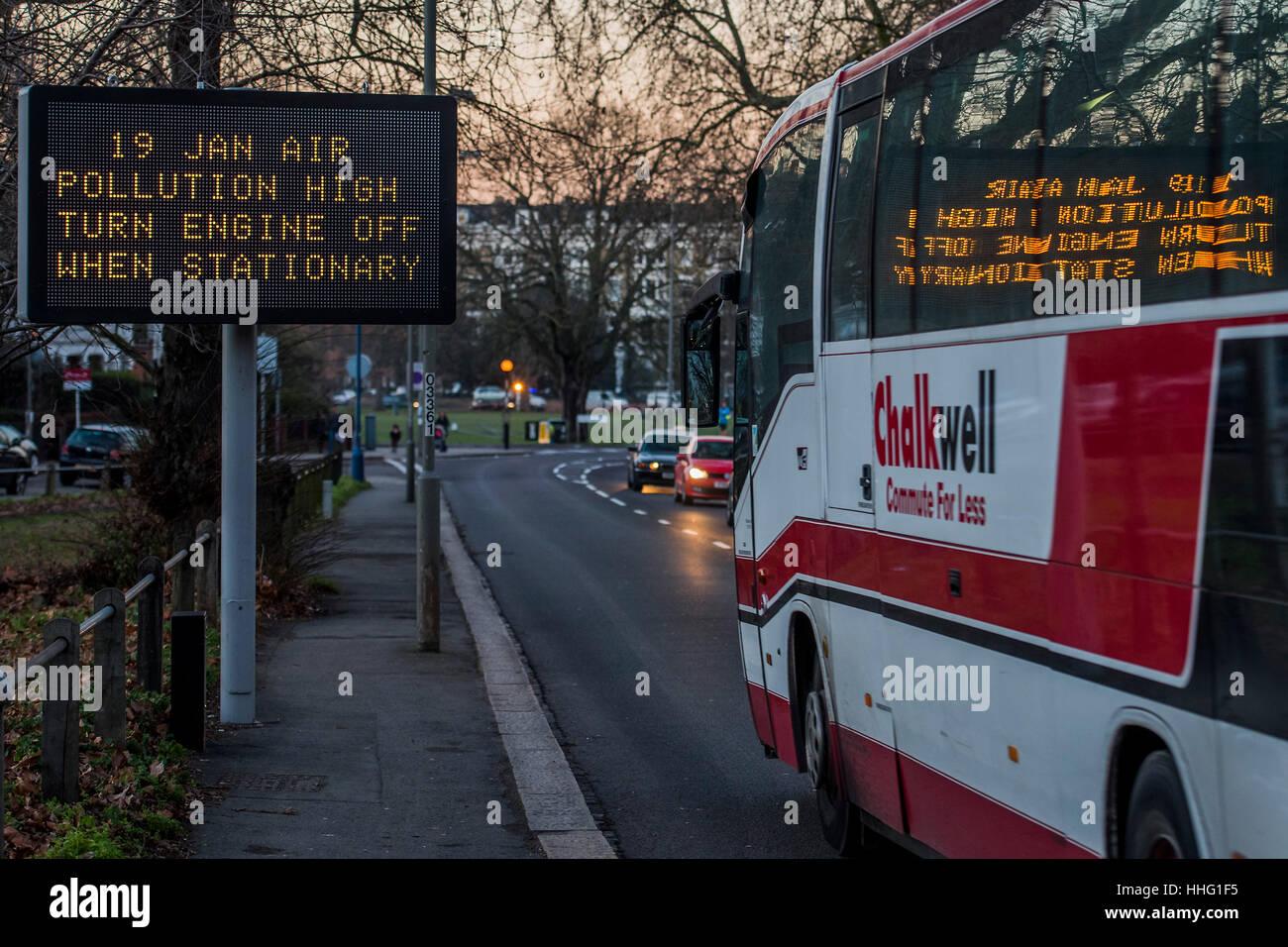 Wandsworth, Londres, Reino Unido. 19 ene, 2017. Un cartel advierte de los elevados niveles de contaminación en Wandsworth Foto de stock