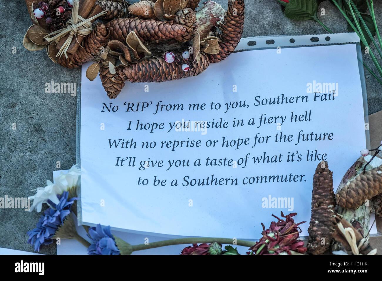 Londres, Reino Unido. 19 ene, 2017. Los viajeros del ferrocarril del sur dejar mensajes y homenajes florales al Foto de stock