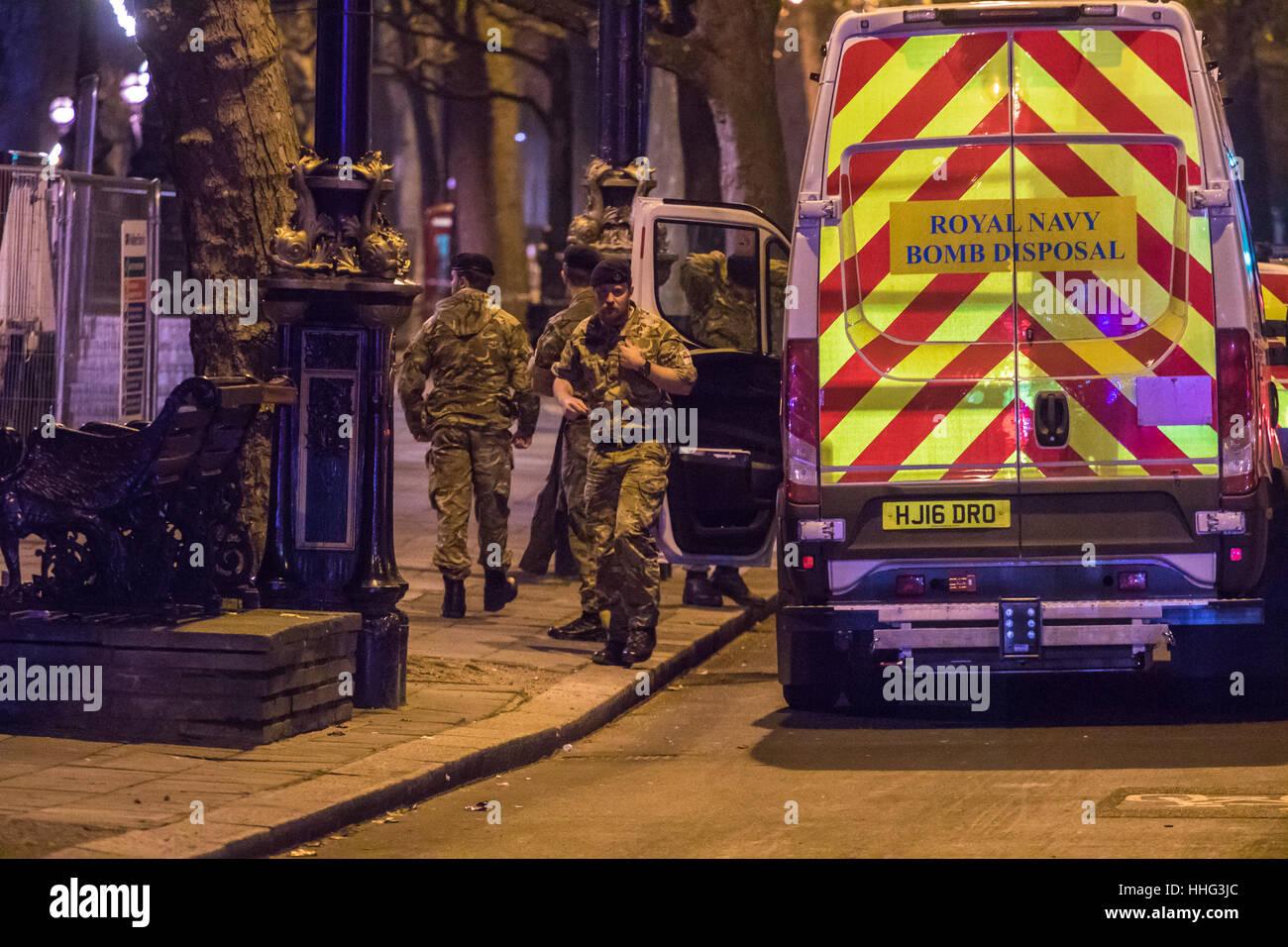Londres, Reino Unido. 19 ene, 2017. Artificieros de la Royal Navy llegar a Victoria Embankment para mitigar y eliminar Foto de stock