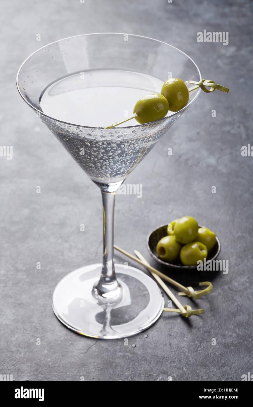 Coctel Martini en la tabla de piedra oscura Foto de stock