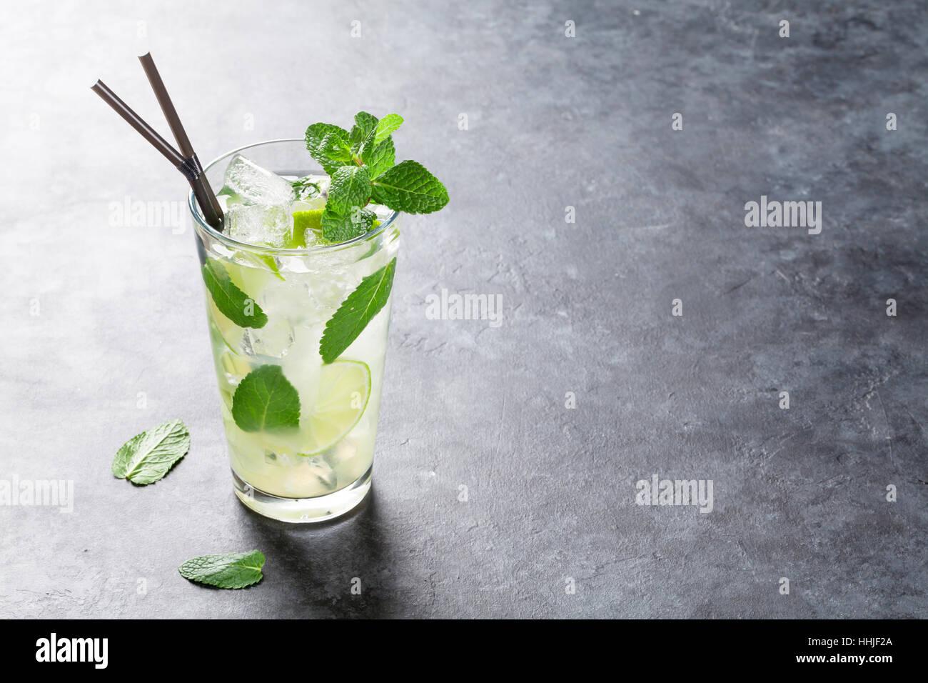 Cóctel Mojito en mesa de piedra oscura. Con espacio para el texto copia Imagen De Stock