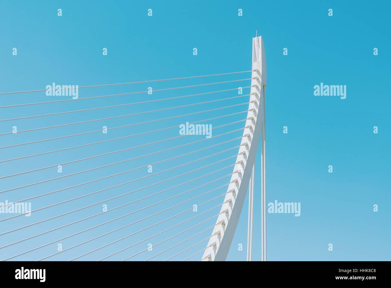 Resumen de Estructura de Puente Blanco sobre el cielo Foto de stock