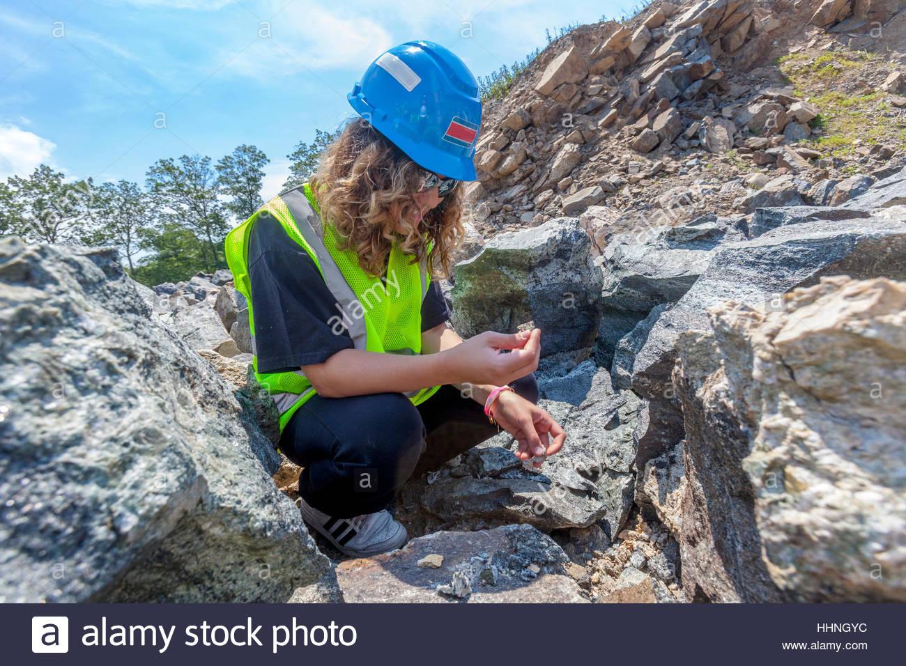 Geología y Ciencias de la tierra a los estudiantes estudiar rocas y minerales en una cantera. Imagen De Stock