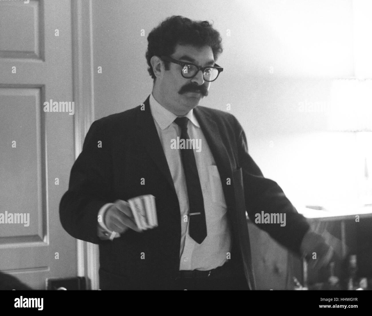 Gene Shalit en una fiesta en 1965 Imagen De Stock