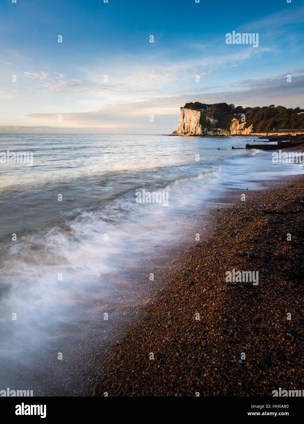 Temprano en la mañana del sol sobre los acantilados blancos de Dover en St Margaret's Bay, Kent Imagen De Stock