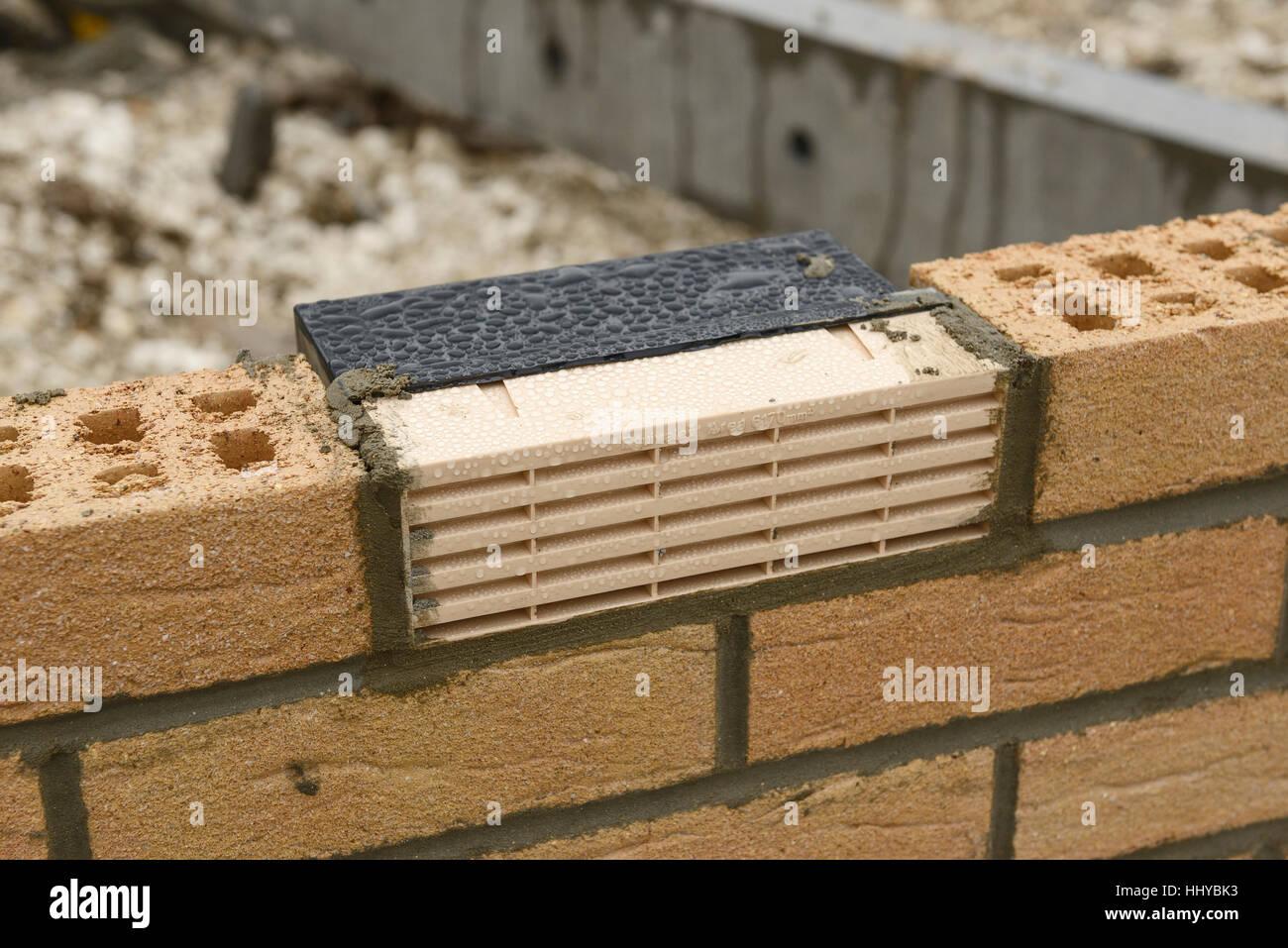 Plástico de aire de ventilación de ladrillo en el muro construído parcialmente de una casa Imagen De Stock