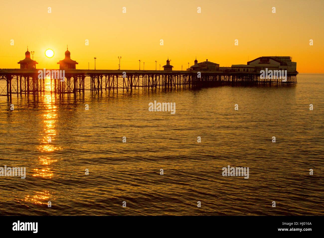 Marea Alta en Blackpool, el Muelle Norte, una estructura victoriana y emblemático, al atardecer, Lancashire, UK Foto de stock