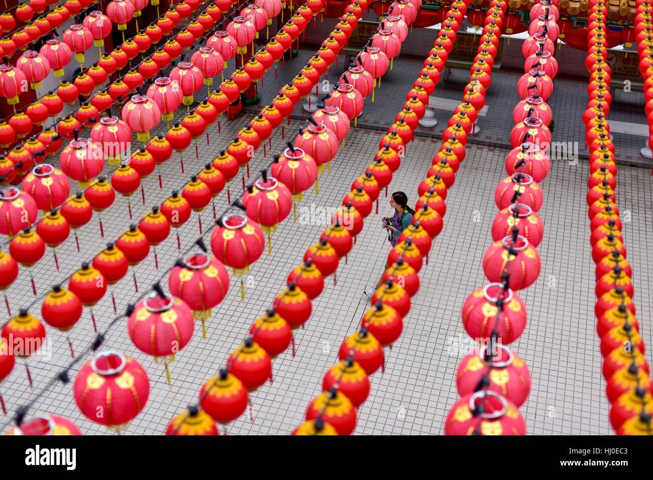 Kuala Lumpur, Malasia. 21 ene, 2017. Una mujer camina bajo farolillos chinos tradicionales decorado en el templo Imagen De Stock