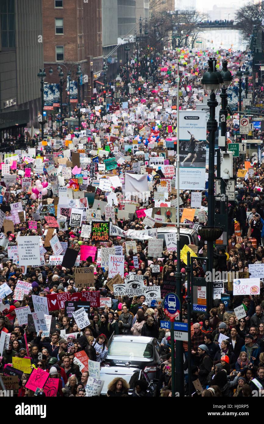 Nueva York, NY, EUA. 21 de enero de 2017. La mujer de marzo en Nueva York. Un grupo de manifestantes se extiende Foto de stock