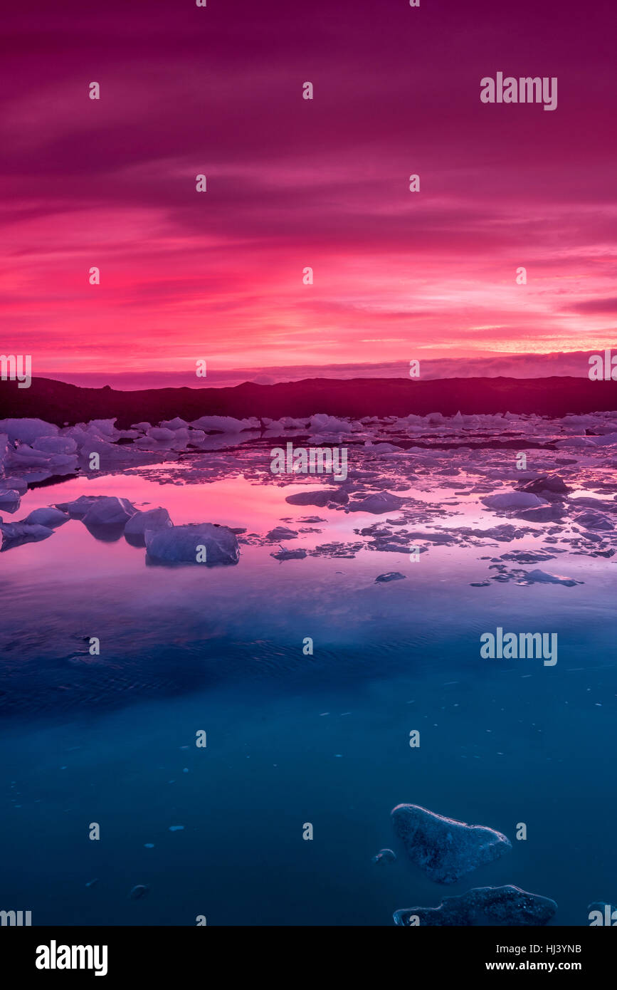 Los icebergs en la Laguna glaciar Jokulsarlon durante un vibrante ...