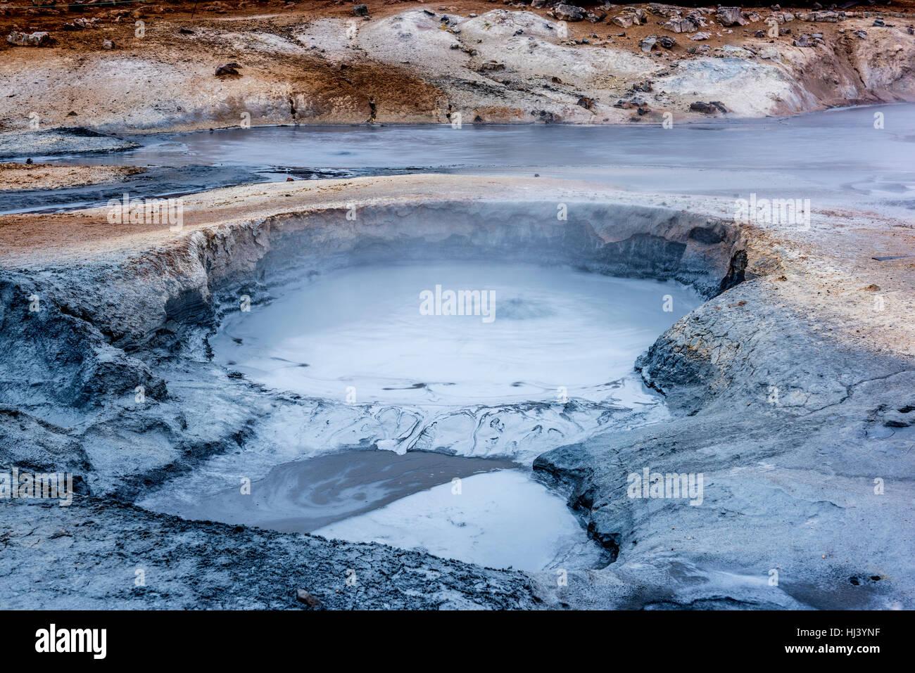 Natural de vapor elevándose de respiraderos volcánicos en la tierra en Hverir en Islandia cerca del lago Imagen De Stock