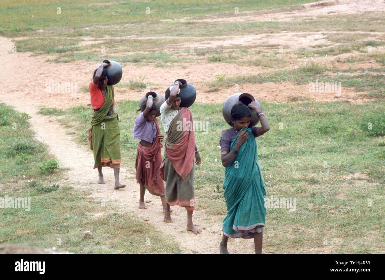 La India las mujeres trae agua fresca para su hogar Imagen De Stock