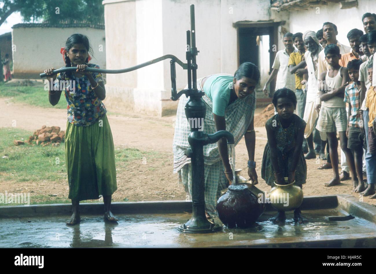 INDIA El pozo que abastece a la aldea con agua dulce Imagen De Stock