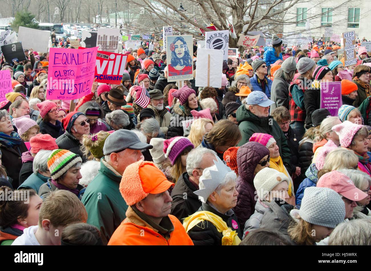 Augusta, Maine, Estados Unidos. 21 ene, 2017. La mujer de Marzo en Maine concentración frente al Capitolio Imagen De Stock