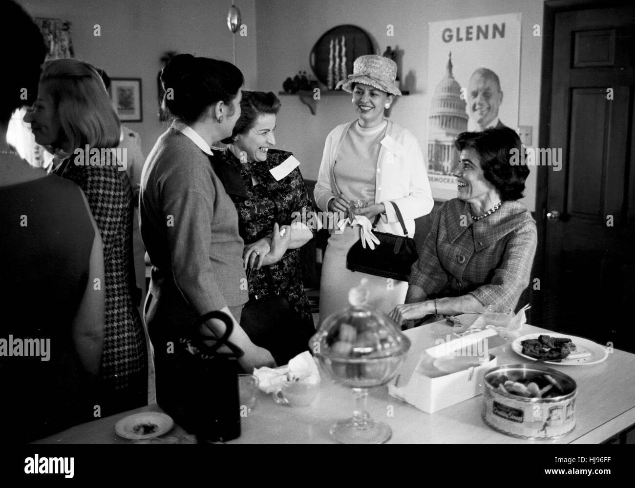 Annie Glenn, derecho, haciendo campaña a favor de John Glenn en 1964 Foto de stock
