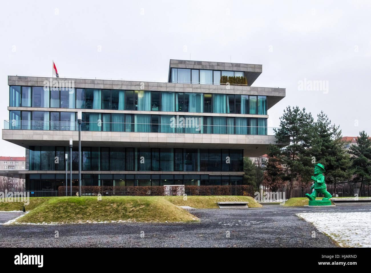 Berlín Mitte. La construcción del estado de Hesse, Hessissche Landesvertretung y escultura verde hombre celebrando Foto de stock