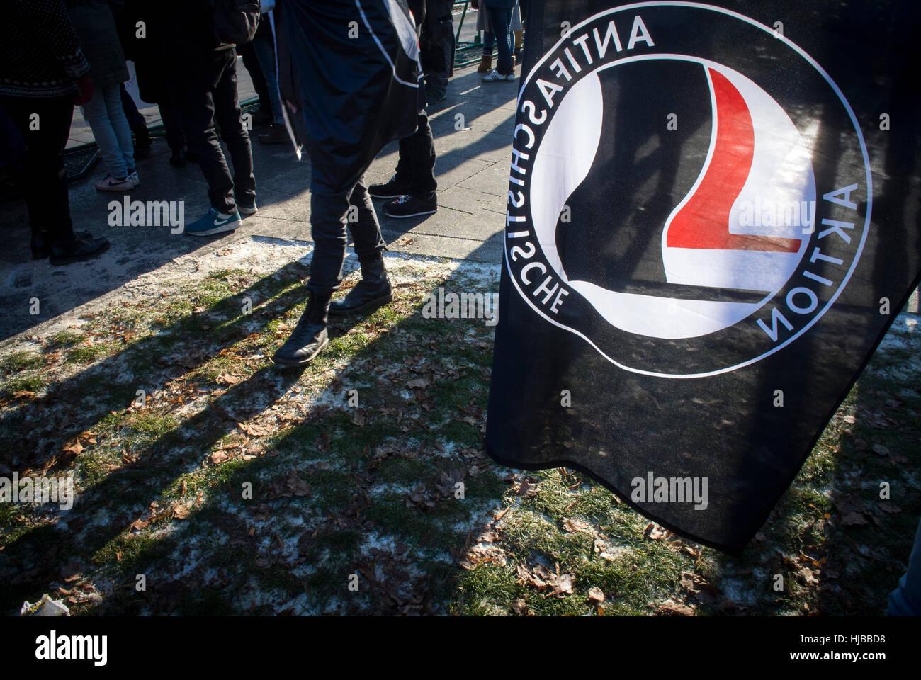 Unos 3 mil manifestantes se reunieron en Koblenz, Alemania, para protestar contra la reunión de extrema derecha Imagen De Stock