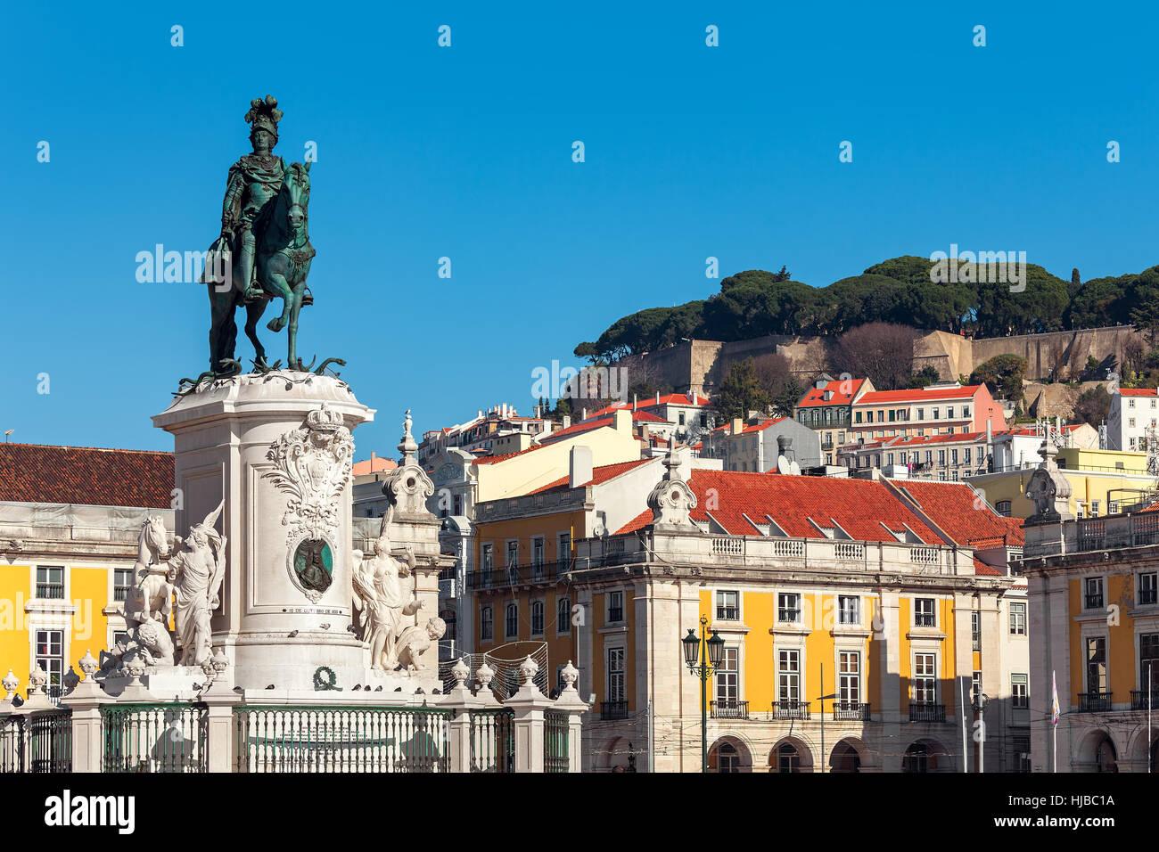 Estatua de bronce del rey José sobre el caballo como coloridas casas antiguas en fondo bajo un cielo azul en Commerce Foto de stock