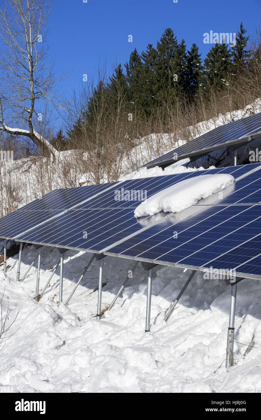 Paneles solares en la nieve en invierno / estación de la energía fotovoltaica solar para el suministro Imagen De Stock