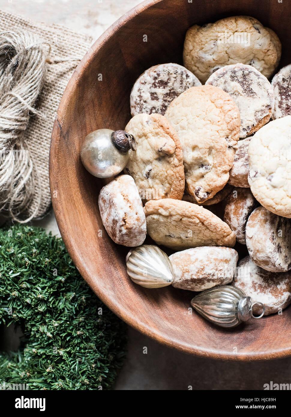 Vista aérea de plata bolas de Navidad y galletas recién horneadas en un tazón Imagen De Stock