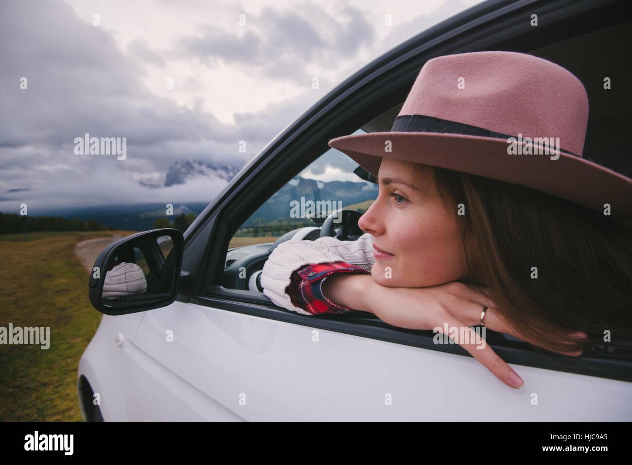 Mujer de asomarse a la ventana de coche Imagen De Stock
