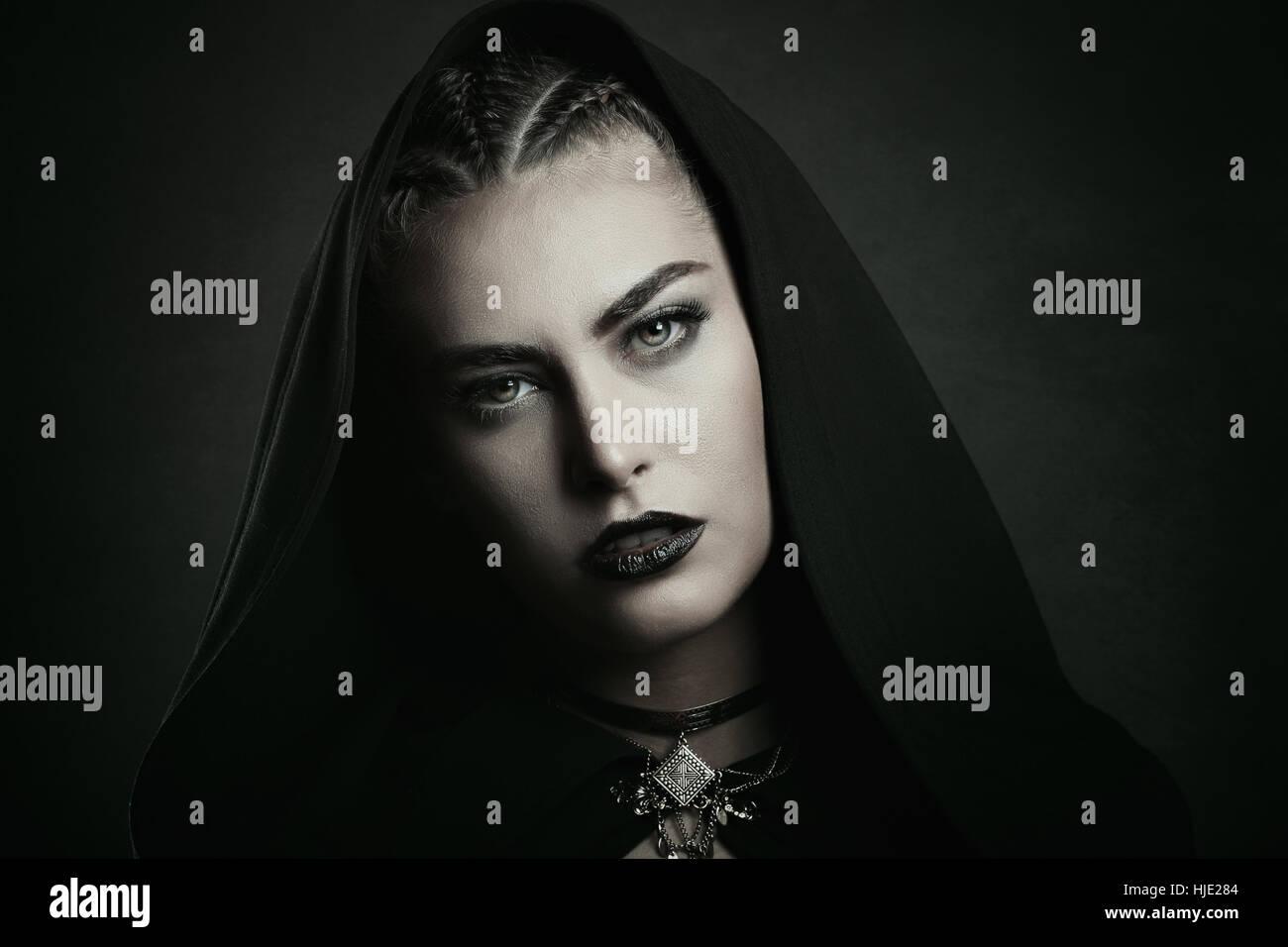 Mujer vampiro con hermosos ojos verdes . Halloween y horror Imagen De Stock
