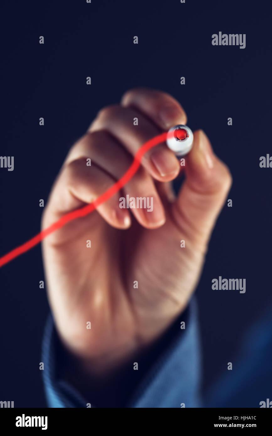 La empresaria dibujo gráfico de crecimiento empresarial, el éxito y el aumento de beneficios concepto Imagen De Stock