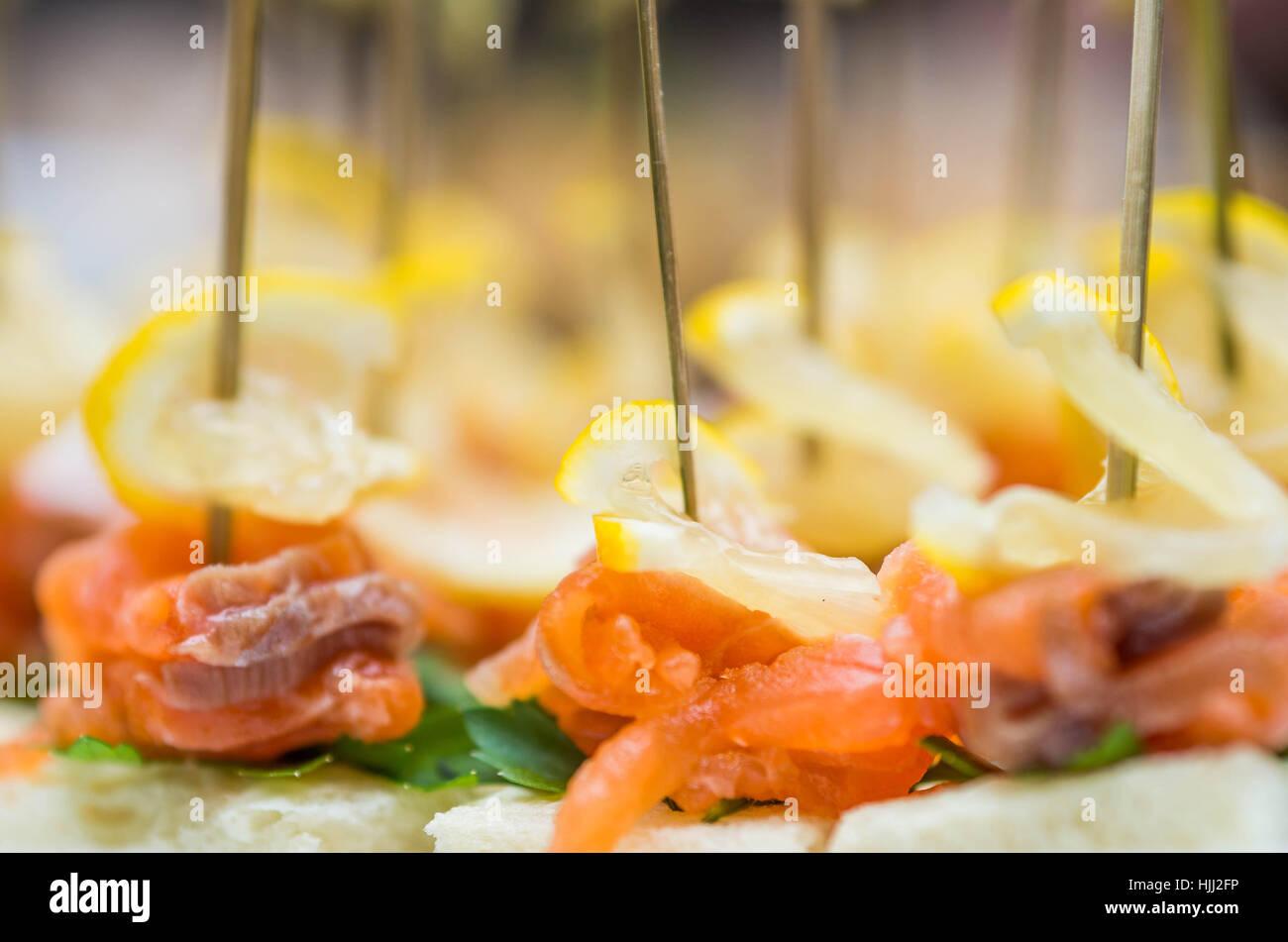 Un montón de canapés de salmón con limón y cilantro Imagen De Stock