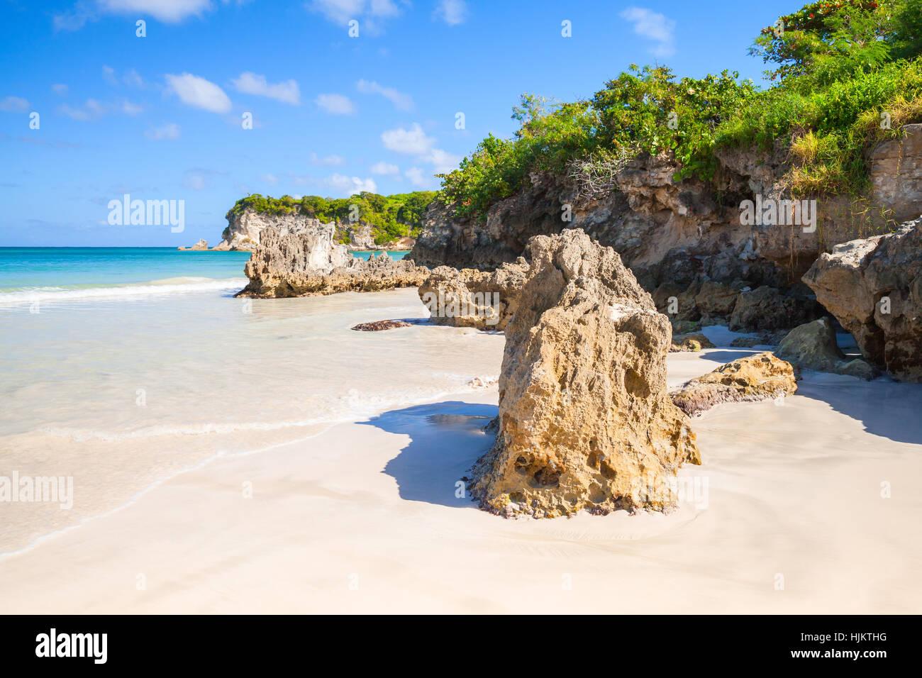 Rocas costeras en Macao Beach, el paisaje de la República Dominicana, la isla Hispaniola Imagen De Stock