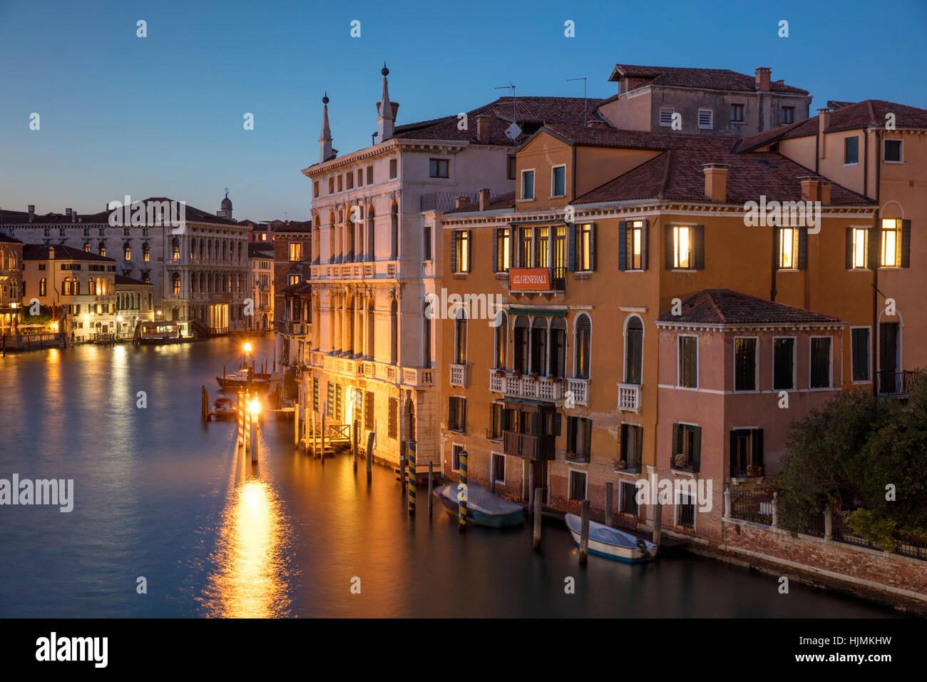Twilgiht durante los edificios a lo largo del Gran Canal, Venecia, Véneto, Italia Imagen De Stock
