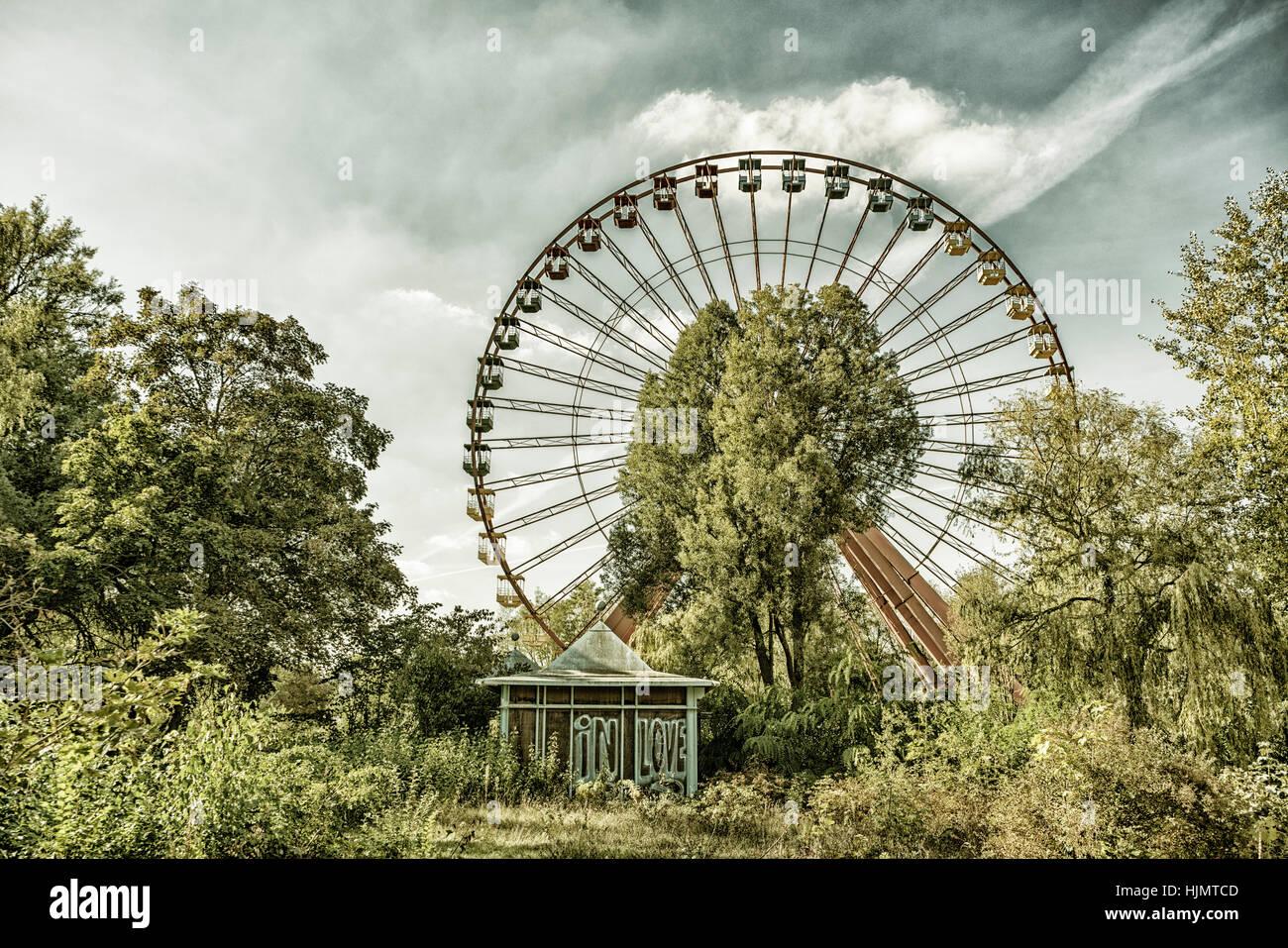 Antigua noria en un parque de atracciones abandonado, Spreepark, Berlín Oriental, Treptow, Imagen De Stock
