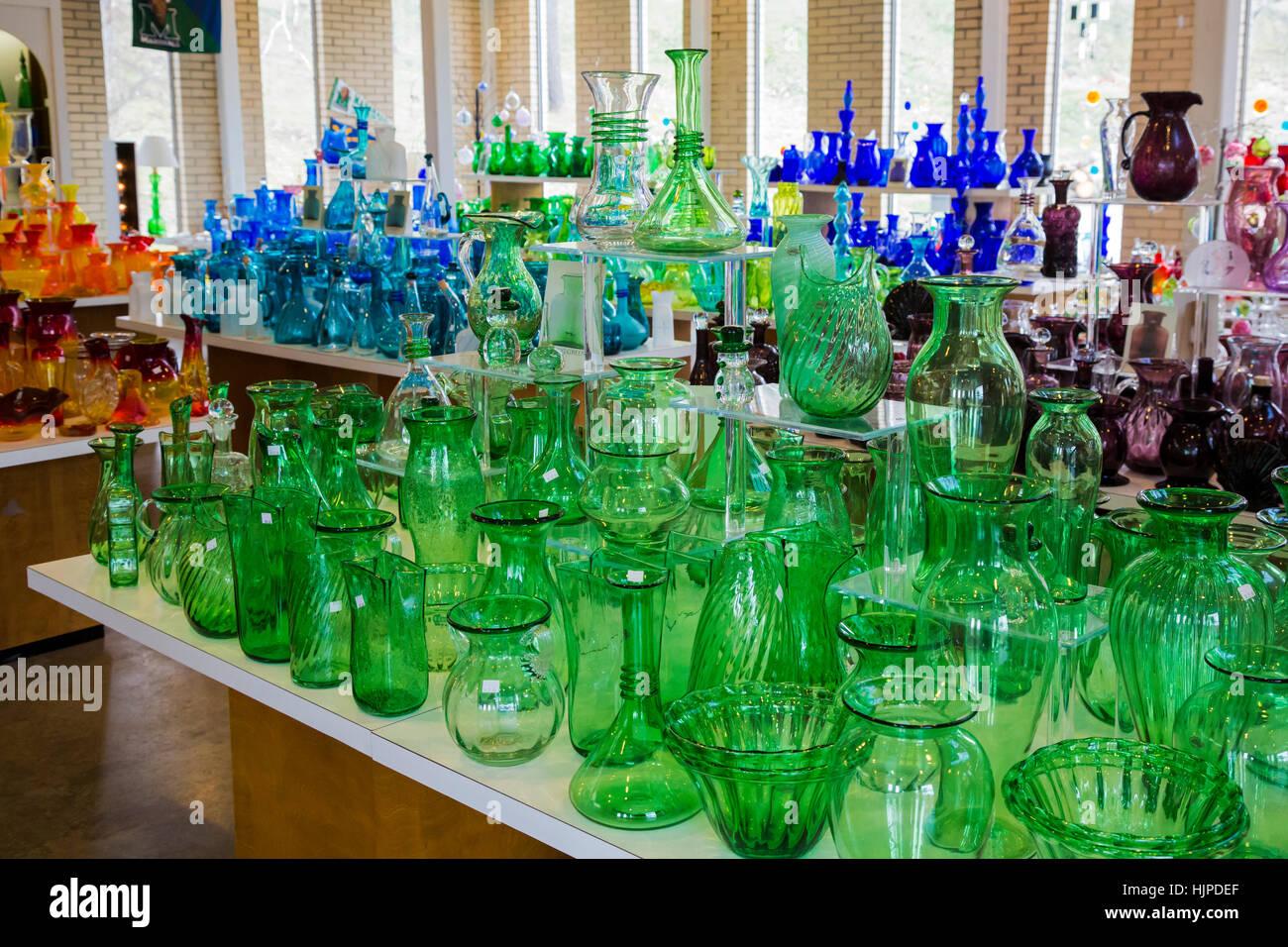 Milton, West Virginia - El vidrio soplado a mano en venta en el centro de visitantes del Blenko Glass Company. Imagen De Stock