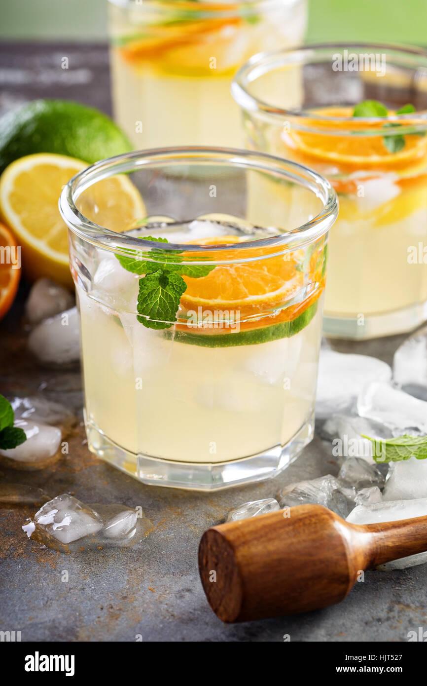 Verano refrescante cóctel con cítricos Foto de stock