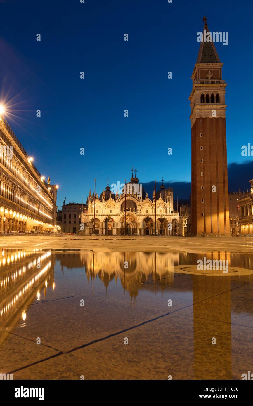 Las reflexiones de la mañana temprana, Piazza San Marco, Venecia, Véneto, Italia Imagen De Stock