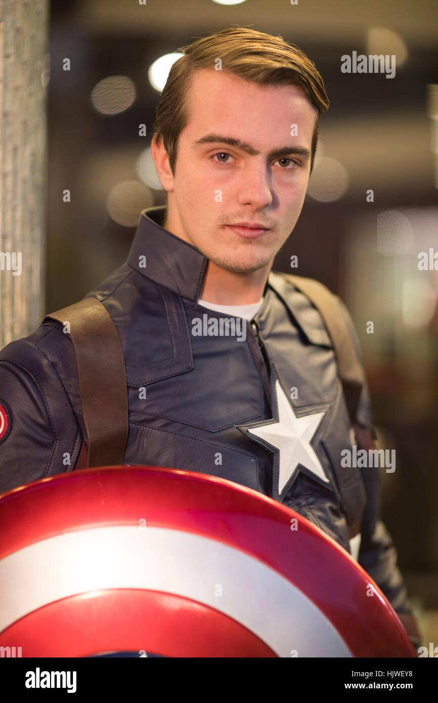 Henry Vestido Como El Capitán América Trabajando Para
