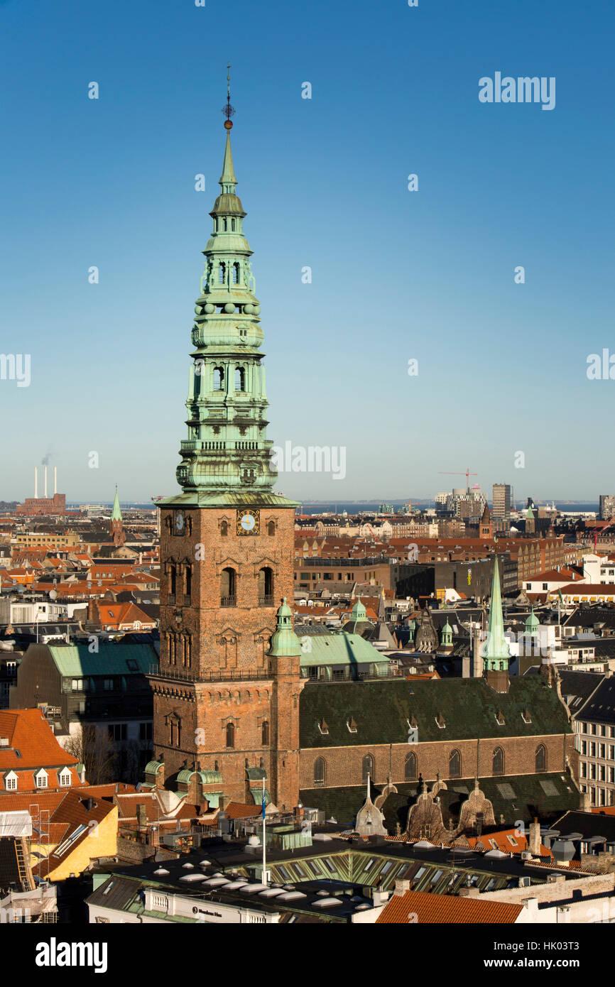 Dinamarca, Copenhague, Espira de antiguo la iglesia San Nicolás, ahora St Nicolaj Kunsthal, Centro de Arte Imagen De Stock