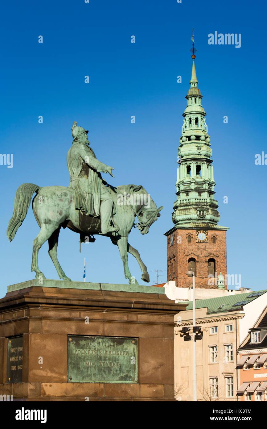 Dinamarca, Copenhague, Christiansborg Palace, la estatua del rey Federico VII a caballo Foto de stock